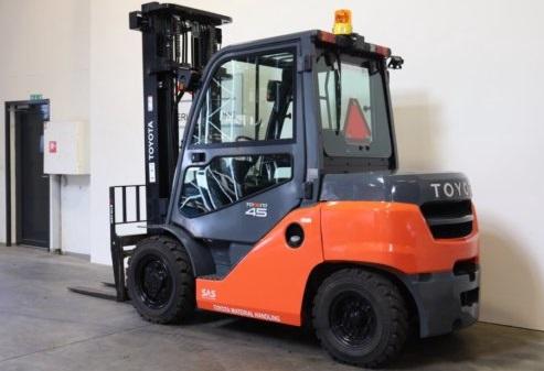 Xe nâng diesel Toyota 4.5 tấn
