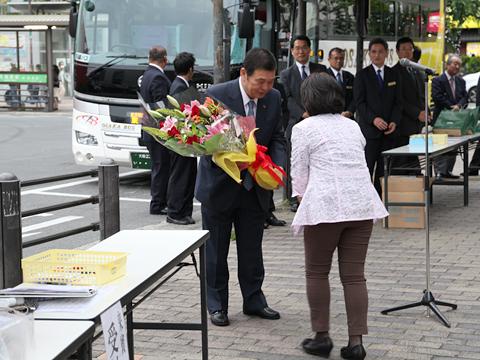 大阪バス「東京特急ニュースター号」開業式 花束贈呈(その2)
