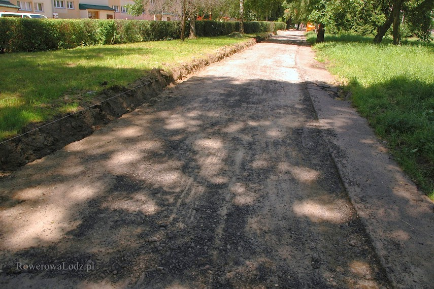 Zerwano stary asfaltowy chodnik.