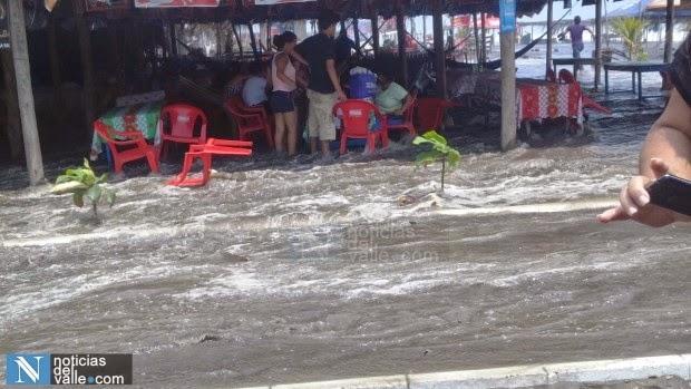 Varias familias evacuadas por fuerte oleaje en Tilapa