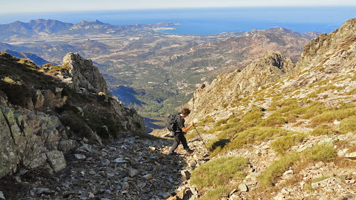 Dans la descente de Bocca Melaghja, la traversée vers le col de l'arête à droite