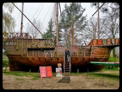 Na zdjęciu widoczna kopia statku Santa Maria który jest w muzeum Fiedlera w Puszczykowie