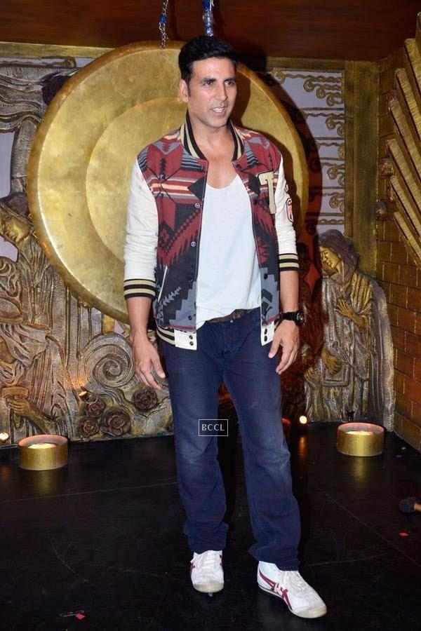 Akshay Kumar on the sets of Entertainment Ke Liye Kuch Bhi Karega. (Pic: Viral Bhayani)
