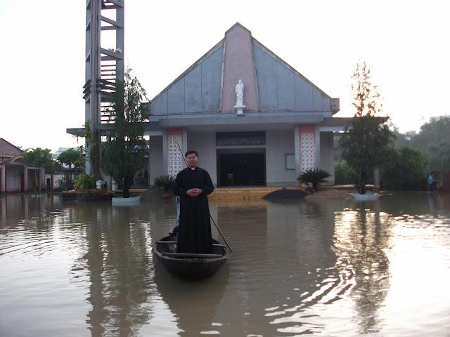 Những hình ảnh Giáo xứ Mỹ Hoán chìm ngập trong biển nước.
