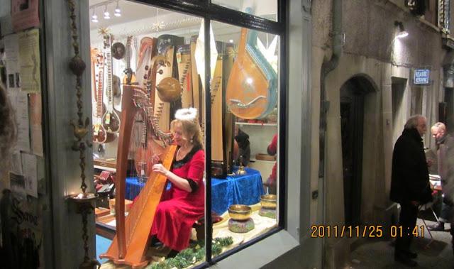 瑞士蘇黎世的豎琴女子