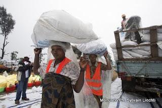 Des déplacées du camp de Kanyarucinya à Goma transportent de la nourriture distribuée par l'Unicef (Août 2012)