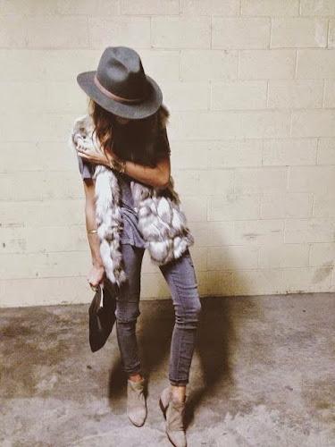 Look con chaleco de piel y sombrero