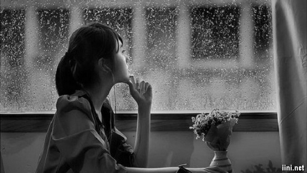 ảnh cô gái tâm trạng buồn ngắm trời mưa