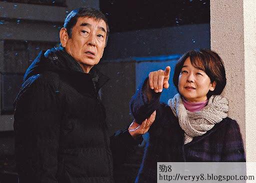高倉健(左)收到已故妻子田中裕子(右)來信,希望他將其骨灰帶回家鄉長崎撒入海中,並到當地郵局收取留言。田中即係昔日嘅「阿信」,認唔認得?