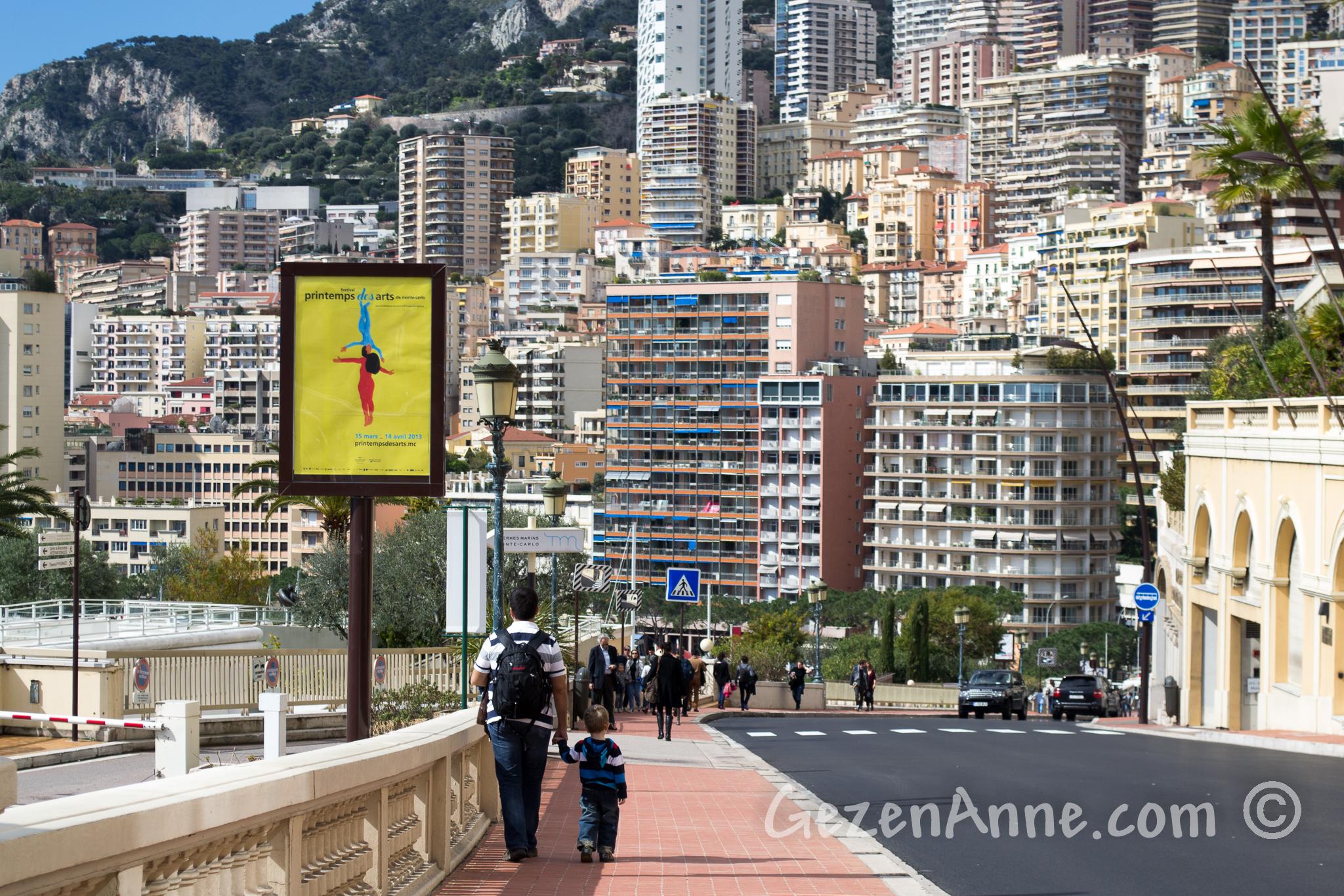 Monte Carlo'dan Monako'ya Formula 1 yolunda yürürken