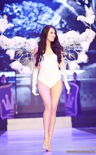 Hot Girl Việt Lung Linh Bên Những Đôi Cánh