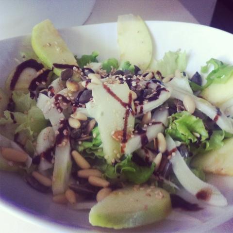 insalata con finocchio, mela, semi di zucca e pinoli