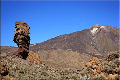Roque Cinchado, al fondo el Teide