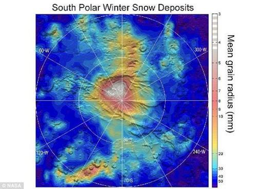 這張圖像是根據火星勘測軌道器(MRO)搭載的火星氣候探測儀(MCS)設備獲取的數據製作而成的,展示的是火星南極冰蓋地區由於降雪造成的細粒乾冰堆積物的分佈情況