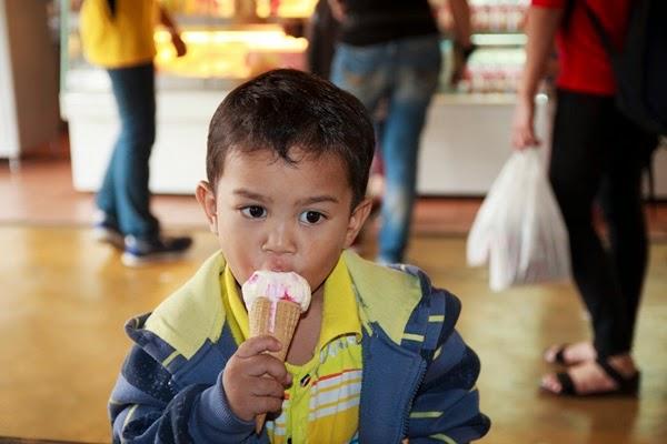 baby makan ais krim