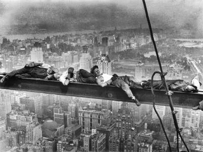 Trabalhadores dormindo depois da famosa foto Lunch Atop ser tirada