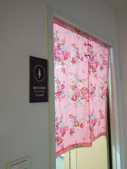 女廁門前的花布