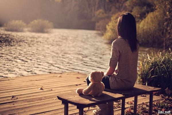 ảnh cô gái cô đơn ngồi chờ đợi