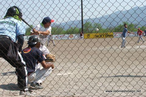 Gilberto Villarreal de Diablos en el softbol del Club Sertoma