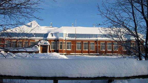 Porthanin koulu in de sneeuw