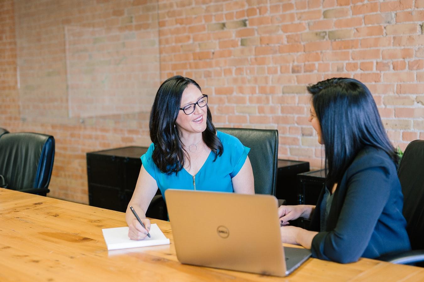 Uma pessoa entrevistando outra pra uma vaga de emprego