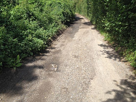 Stelle des Fahrradsturzes bei Shepherdswell mit Schlagloch und Schotter