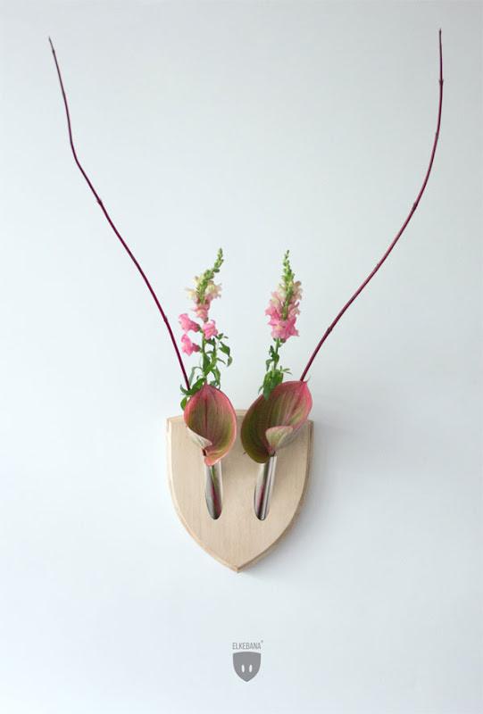 Trofeos de animales con flores
