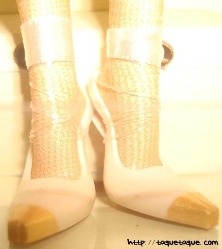 Barbie Silkstone Je ne sais quoi: detalle de los zapatos. Las cintas sujetan la muñeca a la caja