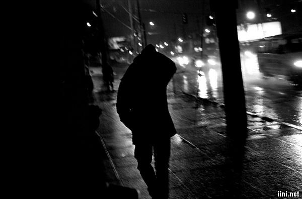 ảnh người đàn ông đi lẻ loi trong đêm