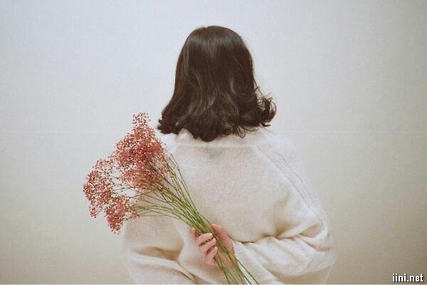 ảnh cô gái cầm bó hoa quay lưng