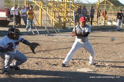 Ricardo Pacheco bateando por Piratas en el softbol sabatino