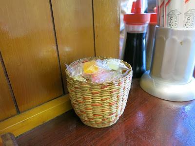 卓上に置かれたデザートの飴