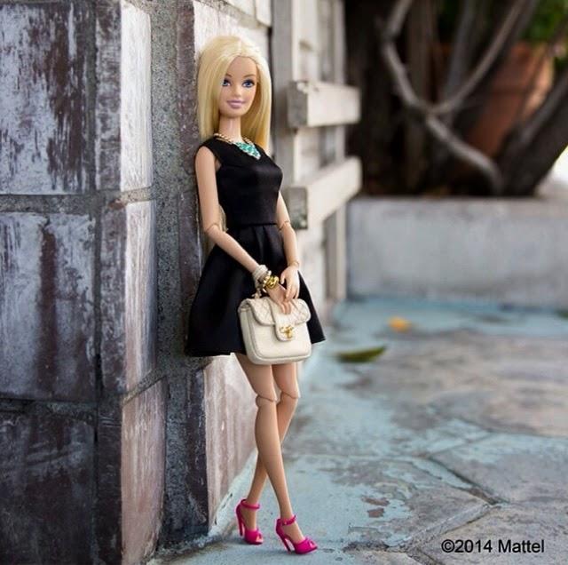 vestido lady negro, con bolso balnco y sandalias rosas