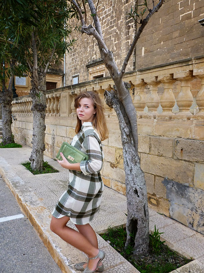 idée de tenue pour tous les jours, inspiration mode, look d'automne, robe à carreaux, tenue simple et confortable