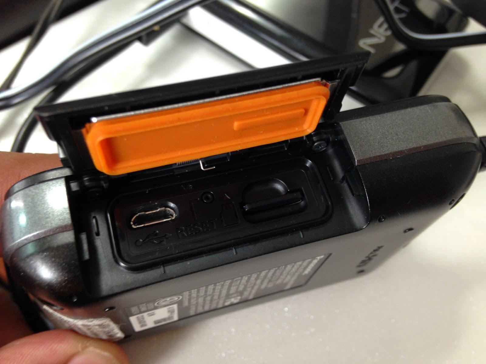 hx-a100 캠코더 옆면의 usb충전 단자와 micro SD카드 삽입 부분