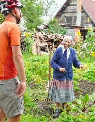 Gespräch mit der Gastgeberin: Privatunterkunft in der Ulitsa Gagarina in Rossitten/Rybachy, Russland (Foto: Martin Bullinger)
