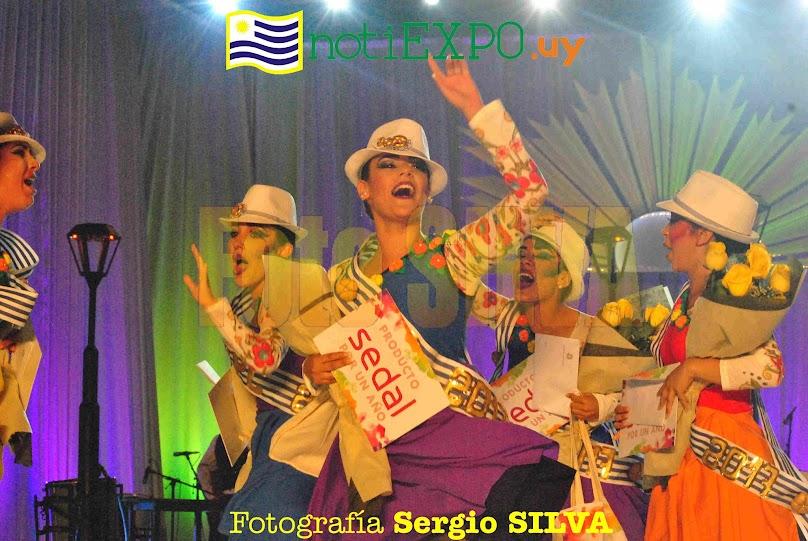 La Reina del Carnaval montevideano Lucia Di Prieto alienta el baile de reinas. Foto Sergio SILVA ALFONSO.