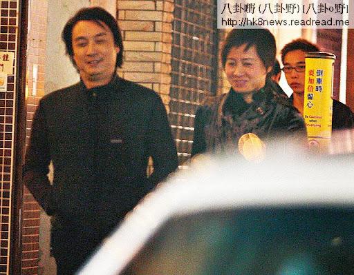 63歲的劉松仁與約 40歲的空姐老婆蘇嘉燕聚少離多, 07年劉被本刊揭發黐富婆事件後,二人立即出外食飯曬恩愛,自此成為絕唱。這兩個星期以來,記者在他寓所等候,卻未見劉太出入。