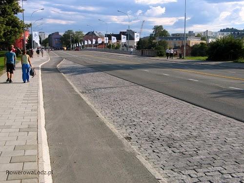 Chodnik, pas ruchu dla rowerów, zatoka autobusowa i dwa pasy ruchu dla samochodów.