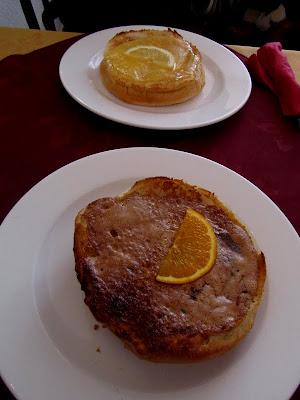 Bath buns with cinnamon and lemon curd