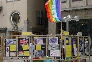 Kölner Klagemauer mit Peace-Fahne und Bildern von Hiroshima-Opfern.