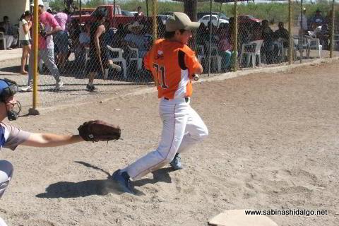 Gonzalo Ancira bateando por Astros en el softbol del Club Sertoma
