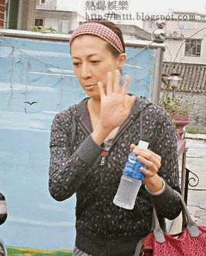 吳綺莉步離寓所時神情憔悴,揮手示意不會受訪。