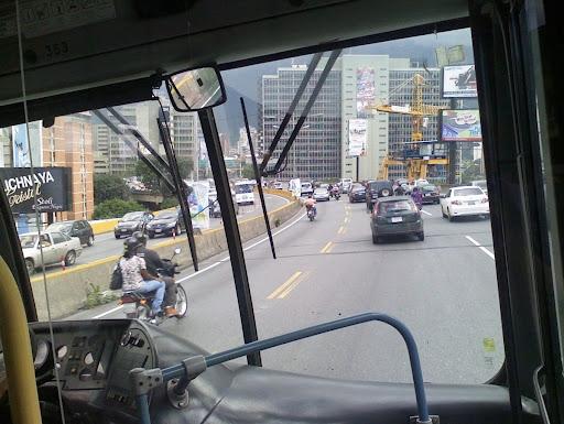 Autopista de Prados del Este desde el Metrobus en Caracas, Venezuela