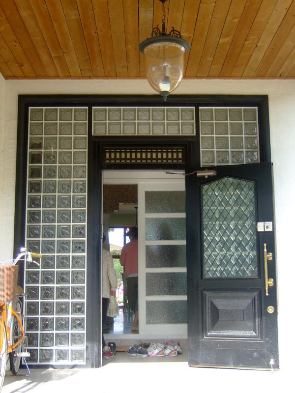 Main entrance (alias pintu masuk utama) glass bloknya manis banget deh