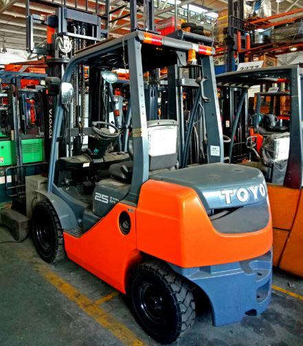Xe nâng diesel 2.5 tấn 0909648178