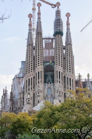 Sagrada Familia kilisesinin modern mimarili kuleleri, Barselona