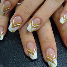 unhas decoradas com esmalte branco e dourado para o Réveillon