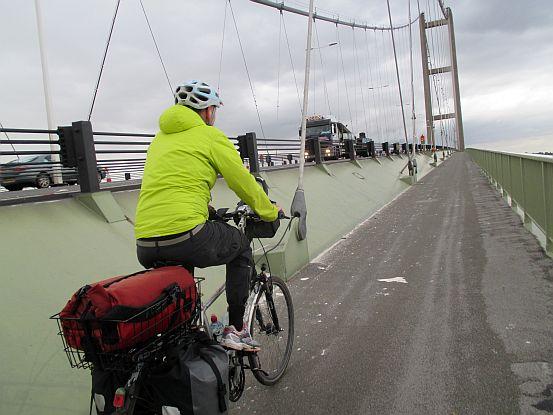 Chris on the Bike auf der Brücke über den Humber River