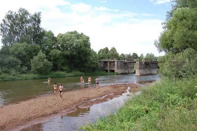 Плотина и купальня вниз по течению